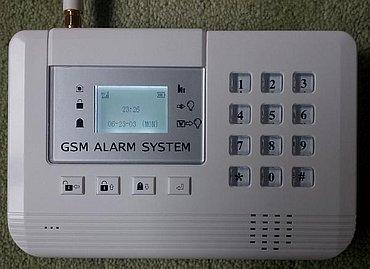 Základní jednotka nabízí vše potřebné, včetně standardního konektoru pro anténu (nahoře), mikrofonu (vlevo dole) a reproduktoru (vpravo dole).