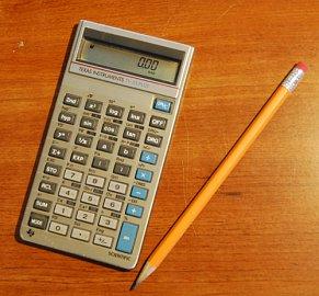Kalkulátor TI-35 (na obrázku verze TI-35 Plus) byl vůbec první aplikací mikrokontroléru TMS 1000.