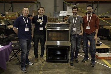 Vítězové hackathonu GE FirstBuilt se svým modifikovaným výrobkem – inteligentní troubou schopnou profesionálně pražit kávu.