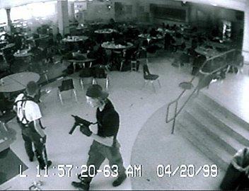 USA, 1999 - dva mladíci vnikli do školy, zastřelili 13 lidí a dalších 25 vážně zranili. Nakonec společně spáchali sebevraždu.