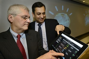 Manoj Saxena, generální ředitel pro IBM Watson Solutions (vpravo) a Mark Kris, vedoucí lékař hrudní onkologie z Memorial Sloan-Kettering Cancer Center, ukazují aplikaci, která dokáže na základě vstupních informací o pacientovi navrhnout nejefektivnější způsob léčby.