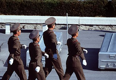 """Severokorejská armáda může na přehlídkách kombinujících to """"nejlepší"""" z 3. říše a Stalinského Ruska vypadat obskurně, nicméně voblasti kybernetické války není radno ji podceňovat."""