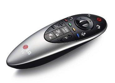 LG Magic Remote je pro letošní rok přepracovaný a prý i ušit na míru webOS. Můžete ho mít i ve stříbrné barvě.