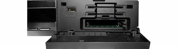Zcela vpravo je pod odklopným víčkem jeden port USB (dva další jsou na zadním panelu), následují dvě universální čtečky paměťových karet (karty vkládáme čipem dopředu a dolů) a dva CI sloty pro moduly. Tedy parádní vybavení.