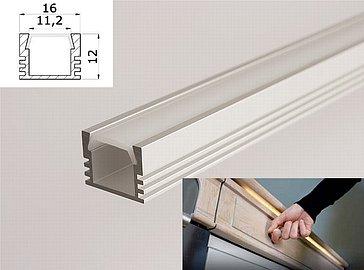 Hliníkové LED pásky jsou nabízeny v mnoha variantách jak samotných LED diod a jejich krytů, tak například hliníkových profilů. Na snímku vidíte ten zapůjčený.