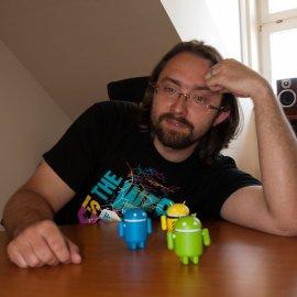 """""""Zjistilo se, že dělám rychle, spolehlivě a nemám u toho kecy,"""" popisuje Tomáš Zvěřina kořeny svých programátorských úspěchů."""
