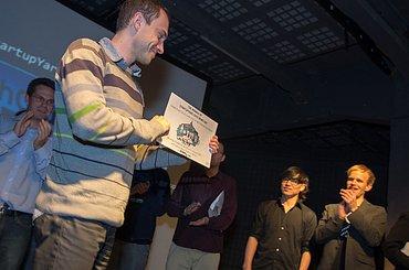 David Hrachový přebírá ocenění, ke kterému patří ivstup na podzimní TechCrunch Disrupt vBerlíně aúčast na Startup Alley