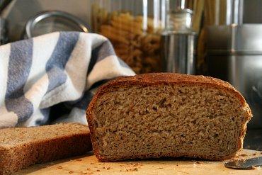 Jediný správný způsob, jak skladovat chléb, je v utěrce nebo v plátýnku na stole.
