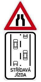 Značka přikazující střídavý provoz
