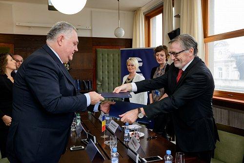 Generální ředitel Českého rozhlasu Peter Duhan (vpravo) a jeho rumunský protějšek Ovidiu Miculescu.