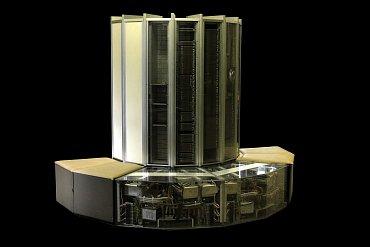 Cray-1 s akrylátovými kryty zobrazujícími napájecí a chladící moduly v základně počítače.