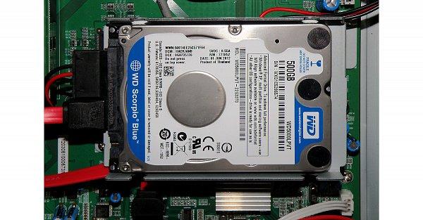 """Takto vypadá montáž pevného disku 2,5"""", v tomto případě WD 500GB, který výrobce doporučuje použít. Můžeme zde instalovat pevné disky až do velikosti 2TB! Částečně skryt pod diskem vidíme pasivní chladič hlavního procesoru."""