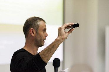 """""""Takhle malý je Leap Motion,"""" ukazuje Richard Hořín"""