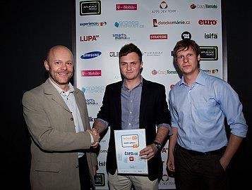 Martin Cerman (vlevo) předává ocenění Lukáši Hyklovi (uprostřed)