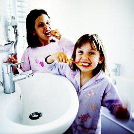 Je lepší, když si dítě čistí zuby pod dohledem rodičů, aby pastu tolik nepolykalo.