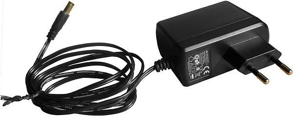 Pohled na napáječ. Síťové napětí 230VAC/50H, napájecí napětí 12V, Provozní příkon < 8 W, v pohotovostním režimu < 0,5 W