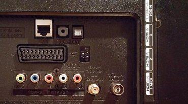 Uspořádání konektorů na zadní straně. Nad HDMI vpravo je ještě trojice USB 2.0 a mechanika PCMCIA (CI+).