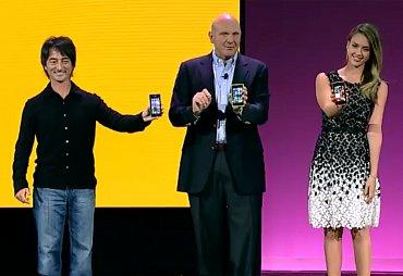 Joe Belfiore (Microsoft), Steve Ballmer (Microsoft) a herečka Jessica Alba při představení Windows Phone 8