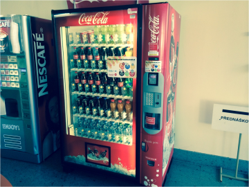 Vendingový automat Coca-Coly s bezkontaktním snímačem platebnách karet. Technické řešení je od ČSOB, Ingenico a T-Mobile.