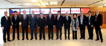 Premiér Bohuslav Sobotka, zástupci Huawei a českých univerzit v Šanghaji při podepsáni memoranda o spolupráci.