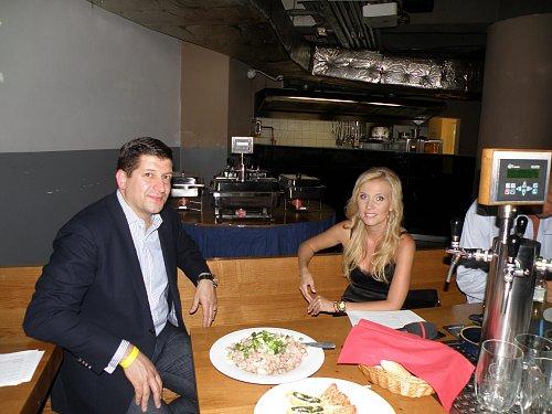 Generální ředitel Novy Jan Andruško měl na tiskové konferenci viditelně dobrou náladu. Pány svou přítomností potěšila tvář Televizních novin Michaela Ochotská.
