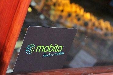 Obchody, kde se dá platit s Mobitem, jsou označeny nálepkou.