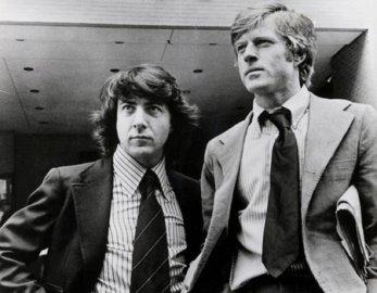 Reportéři Bob Woodward a Carl Bernstein jak je známe z filmu Všichni prezidentovi muži. Obcházet zdroje a páčit informace z jednoho po druhém? Probírat se ručně utajovanou kartotékou? Pro většinu novin je to dnes moc velký luxus.
