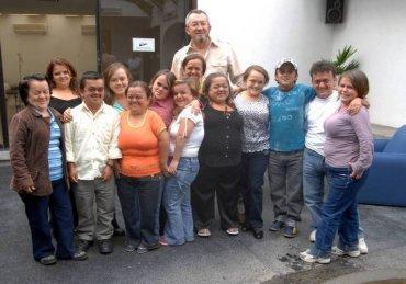 Jaime Guevara-Aguirre s některými účastníky výzkumu