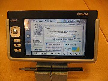 Nokia N770 byl přes malé rozměry a slabý výkon jedním z prvních opravdových internetových tabletů – ve výbavě nechybělo wifi či bluetooth.