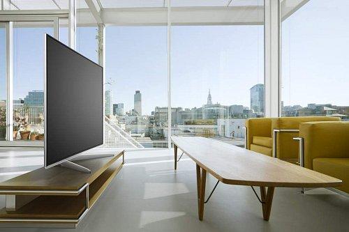 """Koncept designu nazývá Panasonic """"Metal and Glass"""" a představuje broušený hliník, úzké rámečky a velice tenký návrh panelu. V interiéru televizor dobře obstojí i jako ryzí solitér."""