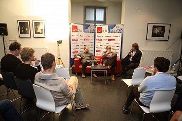 Zleva: Ondřej Filip (výkonný ředitel sdružení CZ.NIC), Ondřej Surý (ředitel výzkumu a vývoje CZ.NIC), moderátor Miloš Čermák