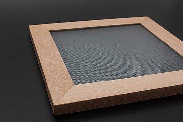 Čtvercové svítidlo řady Ledeos Home vidíte níže, zde je jeho rámeček, který může být ze dvou materiálů. Z masivního dřeva jako na snímku, nebo z hliníku.