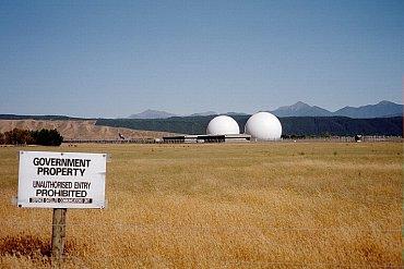 Stanice GCSB vúdolí Waihopai je druhou na Novém Zélandu, byla otevřena vroce 1989 a slouží především kodposlechu satelitních komunikací na družicích Intelsat vrámci ECHELONu.