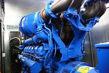 Pohled na impozantní motor, stále vyhřívaný a připravený naskočit.