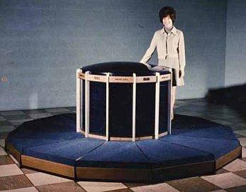 Maketa nikdy nedokončeného CDC 8600 – moduly u podlahy jsou napájením, jedná se o konstrukční prvek, který Seymour Cray posléze použil i u svých superpočítačů.