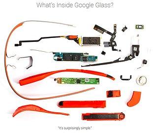 """Google Glass rozebrané do poslední součástky. Čtvrťák je zde pouze porovnání velikosti. Obrázek ve vyšším rozlišení je k dispozici na webu <a href=""""http://www.catwig.com/google-glass-teardown/"""">catwig.com</a>."""