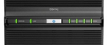Na přední straně serveru najdete pouze několik informačních LED diod a tlačítko zapnutí, resp. vypnutí. To druhé se provádí jeho dlouhým podržením.