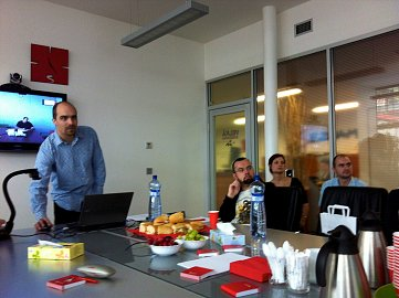 Řekněte WOW! Tomáš Pergler ukazuje nový Email. Vpravo dole výkonný ředitel Pavel Zima, vedle něj tisková mluvčí Irena Zatloukalová.
