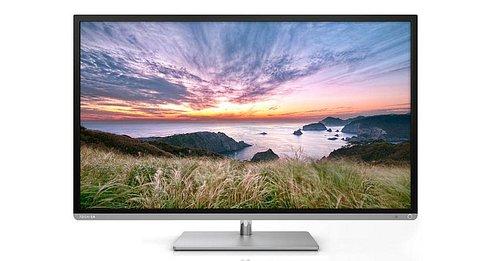 Při ceně 14.999 Kč za 102 cm úhlopříčky vypadá televizor opravdu výborně. Stříbrná lišta ve spodní části perfektně koresponduje s podstavcem, rámeček je po stranách široký 13, nahoře pak skoro 15 mm.