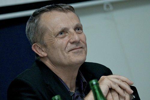 Bývalý ředitel Úseku vysílacích služeb Českých Radiokomunikací Martin Roztočil působí nyní ve společnosti Digital Broadcasting jako šéf vnějších vztahů.