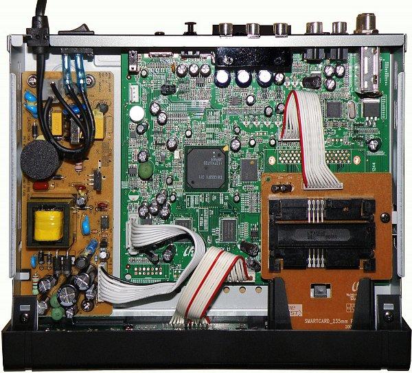 Hardware se od předešlého typu přijímače liší pouze v detailech, například čtečkou karet jiného typu, není zde CI slot pro CA modul.