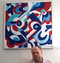 Michael Rostock‑Poplar se pro rozhovor vyfotografoval před dvěma ze svých obrazů, aby prý bylo na snímcích něco vizuálně zajímavého.