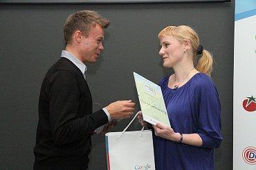Alice Filipovičová (poštovní spořitelna) přebírá cenu za aplikaci Era SmartBanking.