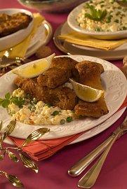 Štědrovečerní večeře - smažený kapr a bramborový salát je docela nálož z hlediska výživy.