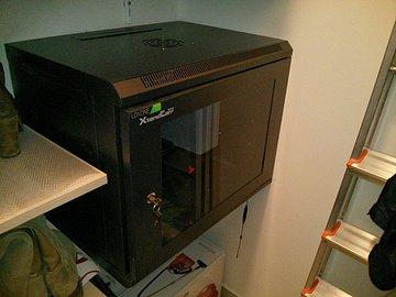 Miniserver Loxone v racku 9U spolu se switchem a diskovou stanicí Synology.