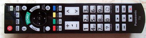 Klasický dálkový ovladač s parádním rozložením a dobře čitelnými tlačítky doplňuje ještě jeden menší s dotykovou ploškou a mikrofonem pro hlasové ovládání.