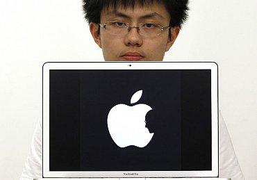 Apple logo se siluetou Steva Jobse