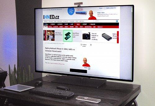 Nové modely DesignLine Edge disponují Full HD obrazovkami, díky nimž dosahují vysoké kvality obrazu. Jejímu dalšímu zvyšování přispívají sofistikované funkce jako třeba 600Hz Perfect Motion Rate pro ostrý pohyb nebo Pixel Precise HD pro vysoce detailní reprodukci akčních snímků. Prostřednictvím kamery umístěné nad vrchním rámem televizoru můžete uskutečnit například internetový Skype video hovor. Pod televizorem na obrázku najdete mimo základního dálkového ovládače také klávesnici s myší (možno použít i bezdrátovou), mini klávesnici, nebo tablet.