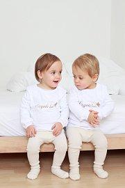 Dvojčata to mají hned na začátku života těžší: mají nižší porodní váhu a taky ohrožují svou matku víc než jedno dítě.