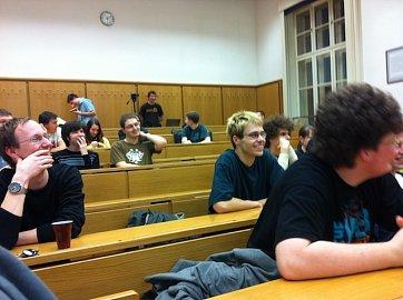 Pohled do auditoria Šrámkovy posluchárny při zahájení třetího běhu eClubu. Kdo z nich donutí Google, aby ronil slzy?